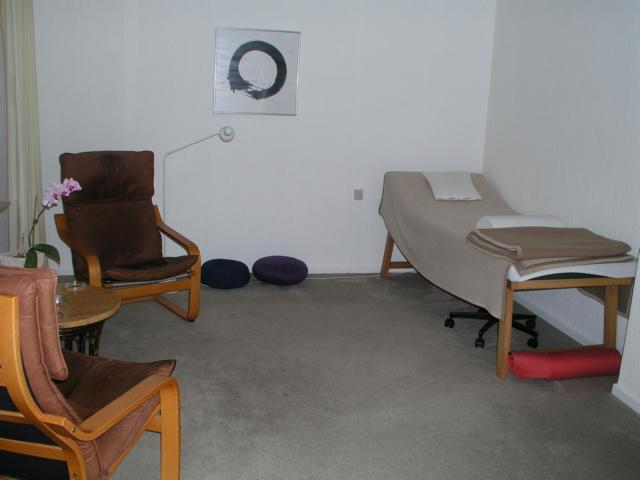 Praxisraum mit zwei Sesseln und einer Liege
